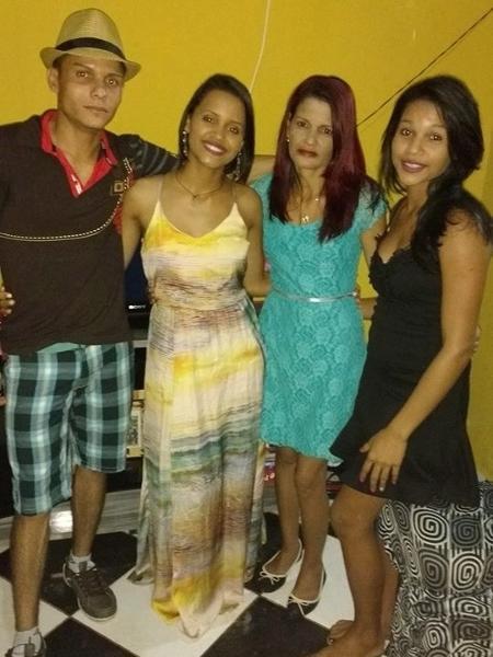 Gleici com os irmãos Agleuson, Gleiciely e mãe Vanuzia - Reprodução/Facebook