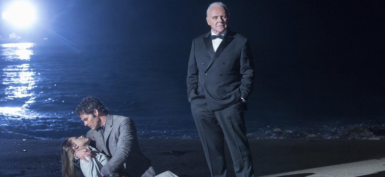 """Robert Ford (Anthony Hopkins, à dir.) com Dolores (Evan Rachel Wood) e Teddy (James Marsden) em cena da primeira temporada de """"Westworld"""" - Divulgação"""