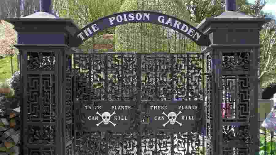 """A entrada do Poison Garden tem duas caveiras e um aviso: """"estas plantas podem matar"""" - Amanda Slater/www.flickr.com/photos/pikerslanefarm/34408914805/"""