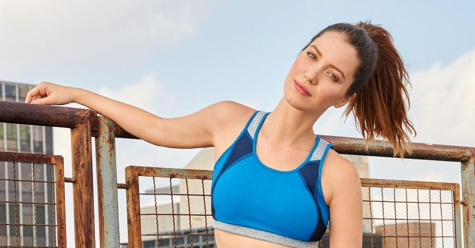 """Para manter o corpo, a atriz diz que é preciso encontrar a atividade que você gosta e que seu corpo responde bem. """"Eu não sou uma pessoa que gosta de correr, não sou muito do aeróbico. Gosto mais de trabalhar com pesos. Porque tenho mais dificuldade em tonificar músculos do que em perder peso,"""" afirma"""