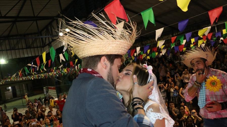 Casório junino: Ex-BBBs Breno e Paula se casam em arraiá  - AgNews