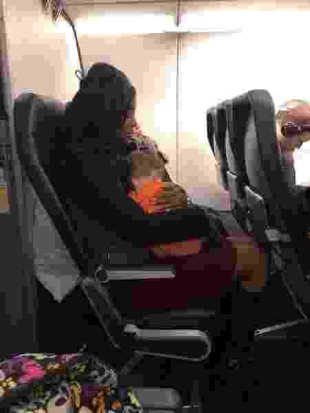Mulher abordou mãe exausta no avião e ofereceu-se para cuidar do filho dela  - Reprodução/Facebook/Becca Kinsey