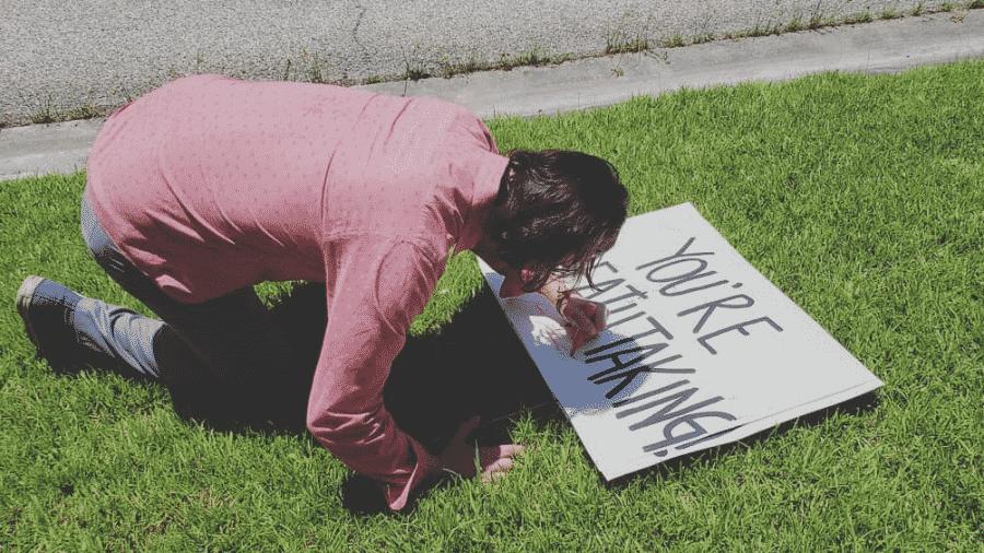 Keanu Reeves autografa placa - Reprodução/Twitter