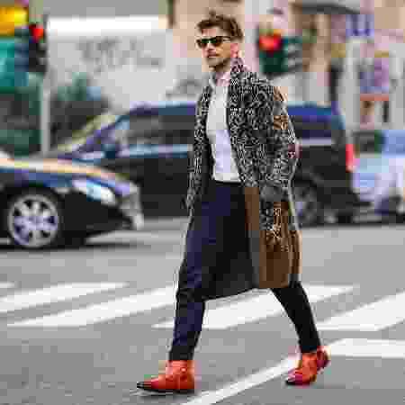 Homem com sobretudo na Semana de Moda de Milão para a coleção de outono/inverno 2020/2021 - Edward Berthelot/Getty Images - Edward Berthelot/Getty Images