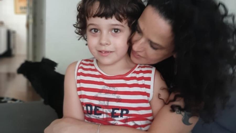 Manuela Aquino e o filho Thomás, de 6 anos. - Arquivo pessoal