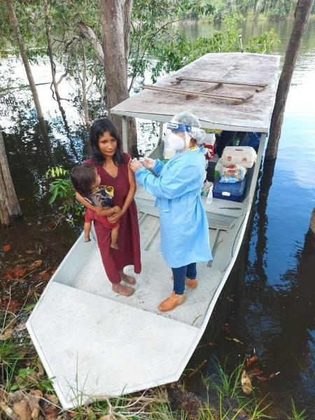 A indígena Potai Pirahã sendo imunizada no barco, às margens do rio Maici (Humaitá-AM). - Fiocruz-RO