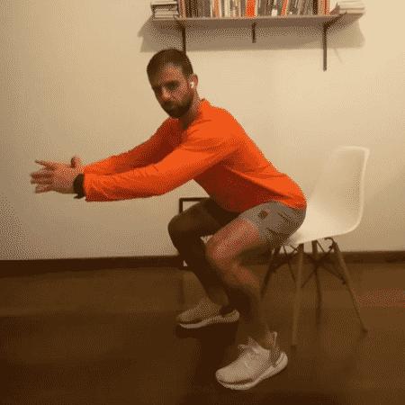 Agachamento na cadeira - Reprodução do Instagram - Reprodução do Instagram