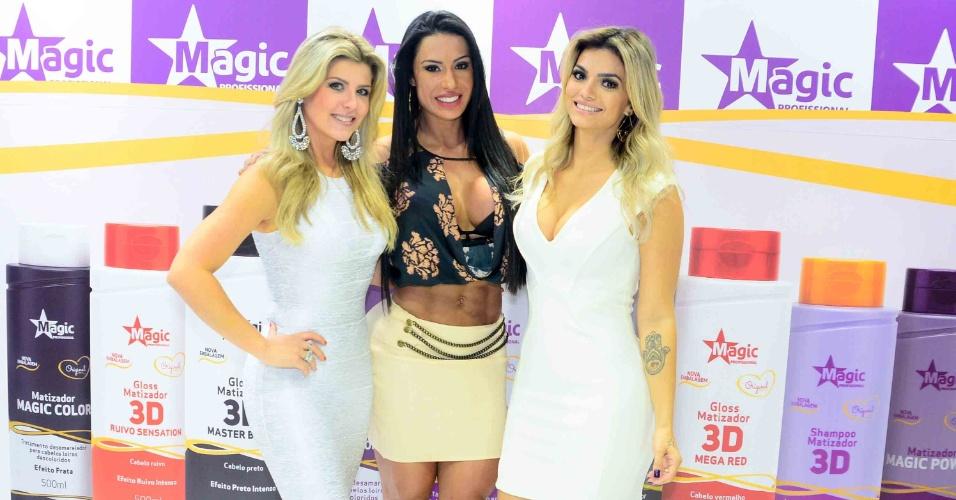 5.set.2015- Iris Stefanelli , Gracyanne Barbosa e Kelly Key marcam presença em feira de beleza de São Paulo. Enquanto a mulher de Belo deixou à mostra seu abdômen trincado, Kelly caprichou no decote