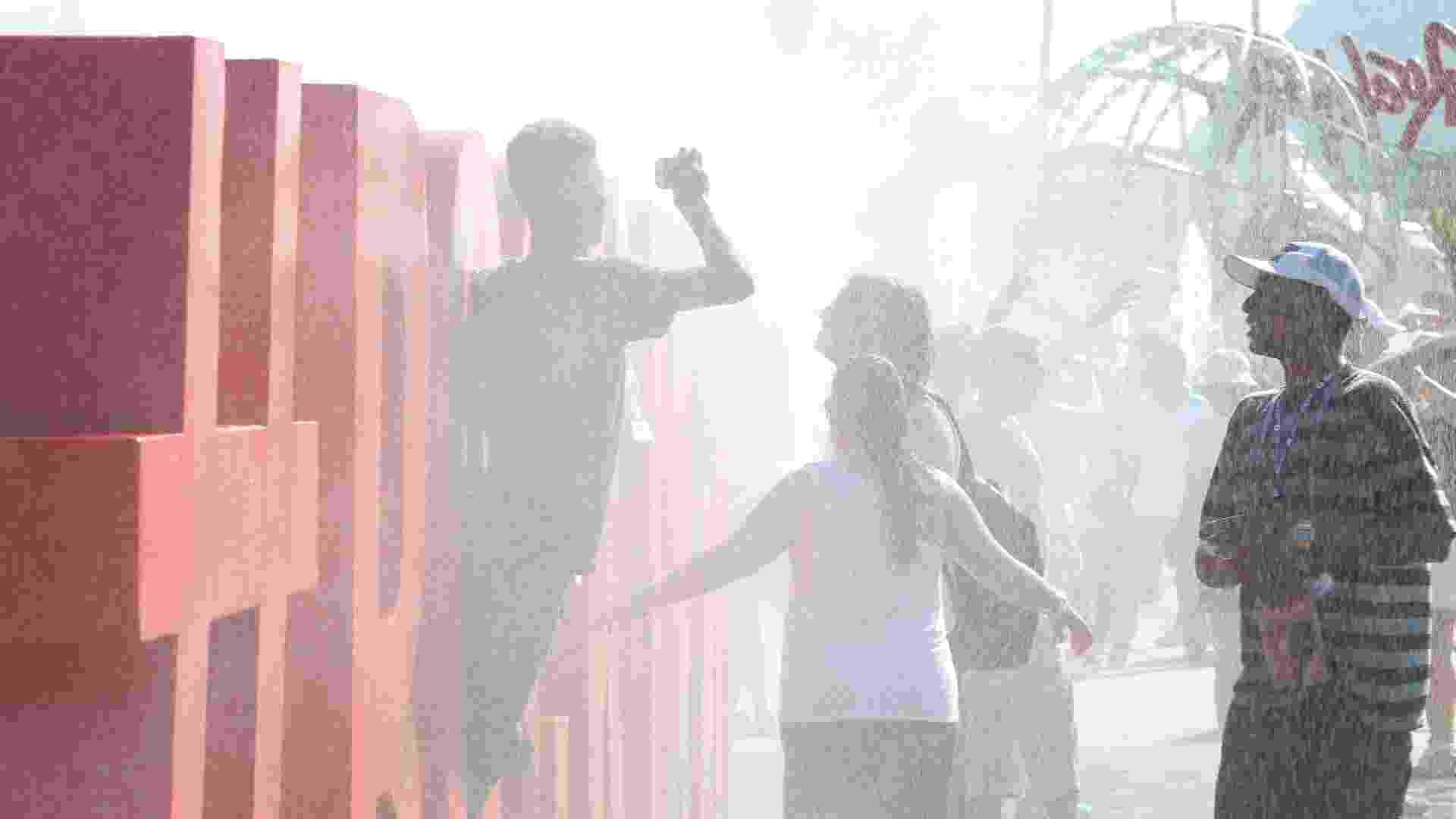 18.set.2015 - Com a temperatura batendo os 38º C e sensação térmica de 40º C, público que chega à Cidade do Rock, para curtir o primeiro dia de Rock in Rio, tenta se refrescar do jeito que pode e já aproveita para tirar foto - Marco Antônio Teixeira/UOL