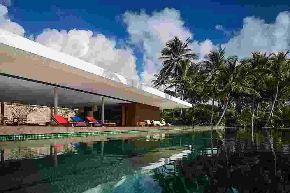"""[VENCEDOR] O Melhor da Arquitetura 2015 - categoria """"Casa de Praia"""": Casa Txai, na Bahia - Studio MK27. Em linhas modernas e modulada por vãos de 9,7 x 6,3 m, a ala social da casa é uma grande varanda. Este espaço generoso se abre para o pátio ajardinado com piscina - Fernando Guerra/ Divulgação"""