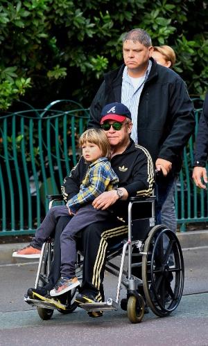 24.dez.2015 - Elton John é visto na quarta-feira em uma cadeira de rodas durante passeio na Disney, nos Estados Unidos