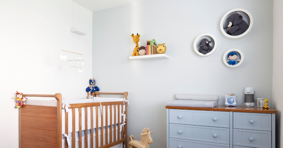 Quarto do menino do apartamento do Paraíso, zona sul de São Paulo. A parede foi pintada de azul bem claro, e o mobiliário comprado. Uma arandela complementa a iluminação dimerizada. O piso de assoalho de cumaru é novo, e o projeto é do arquiteto Renato Dalla Marta, do AUM Arquitetos