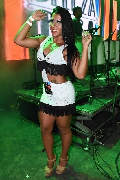 6.fev.2015 - A ex-BBB Priscila Pires curte show da Banda Eva dentro de um Camarote Salvador