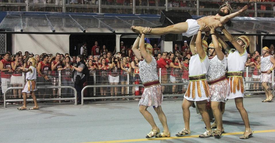 6.fev.2016 - Ator interpreta Cristo crucificado na avenida durante desfile da Águia de Ouro