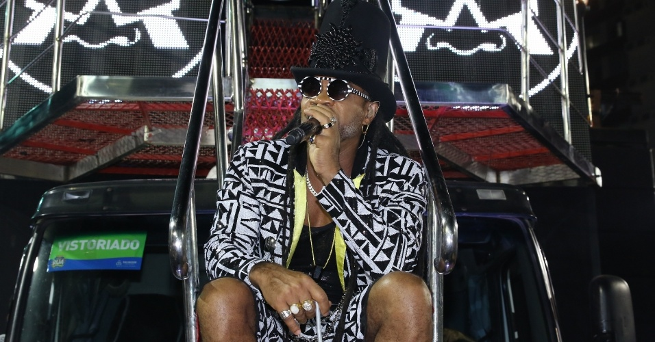 6.fev.2016 - Carlinhos Brown sobe ao trio no circuito Barra-Ondina