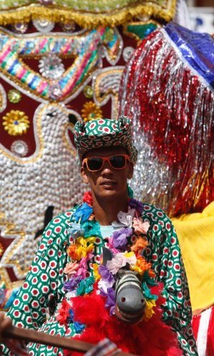 8.fev.2015 - No Encontro Nacional de Maracatus, em Nazaré da Mata (PE), 38 grupos de 15 municípios da região ajudam a fazer a festa em meio ao Carnaval pernambucano