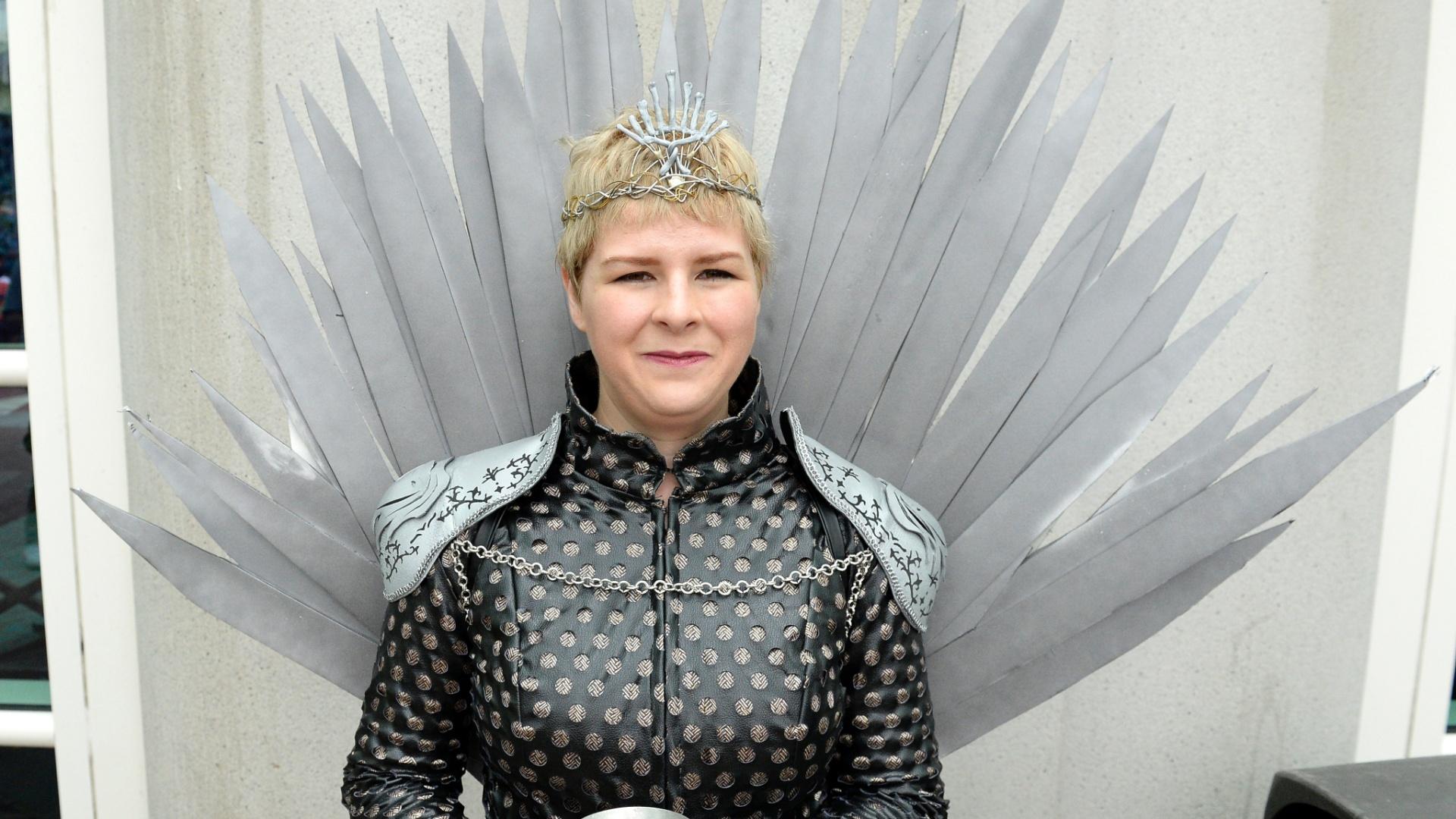 23.jul.2016 - A rainha Cersei está esplendorosa no trono de ferro de