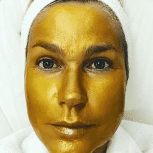 """12.ago.2016 - Xuxa surpreendeu seus seguidores ao aparecer com uma máscara dourada durante um tratamento estético: """"Quem disse que eu não valho ouro?"""", questionou a apresentadora. Seus seguidores adoraram - Reprodução/Instagram xuxamenegheloficia"""