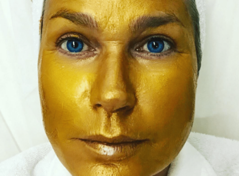 12.ago.2016 - Xuxa surpreendeu seus seguidores ao aparecer com uma máscara dourada durante um tratamento estético: