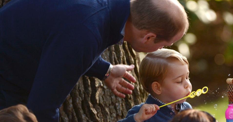 29.set.2016 - Príncipe William brinca com o filho George durante festa em comemoração à visita da Família Real britânica a Victoria, no Canadá