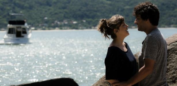 """Isabela (Alice Wegmann) e Tiago (Humberto Carrão) têm momentos românticos na viagem para Ilhabela em """"A Lei do Amor"""" - Raphael Dias/TV Globo"""