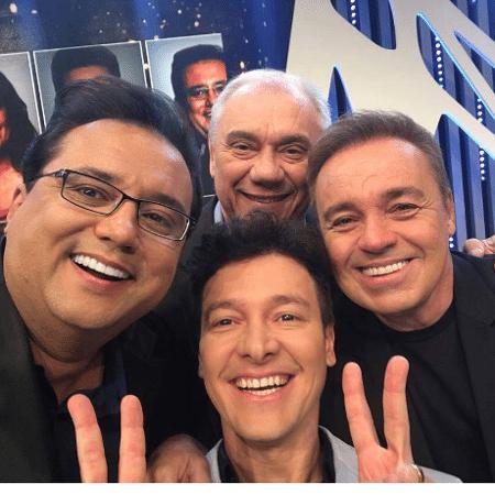 Geraldo Luis, Rodrigo Faro, Marcelo Rezende e Gugu Liberato posam juntos durante gravação do amigo secreto da Record - Reprodução/Instagram recordtvoficial