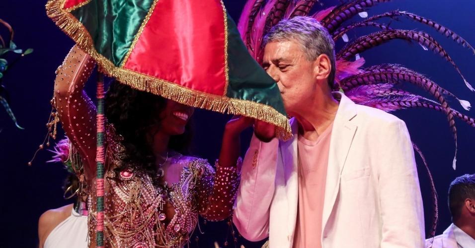 14.fev.2017 - Chico Buarque beija o pavilhão da Mangueira
