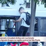 Foliões sobem em cima de ônibus no Bloco Agrada Gregos, no viaduto 13 de Maio, em São Paulo - Reprodução/Globo News