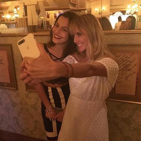 Emilly encontrou Deborah Secco recentemente em restaurante e voltou a repetir que sonha com a carreira artística - Reprodução/Instagram/emillyaraujoc