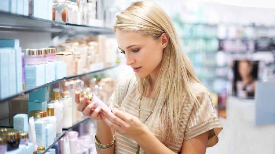 Mesmo cosméticos caros podem ter petrolatos na fórmula; leia sempre o rótulo - iStock