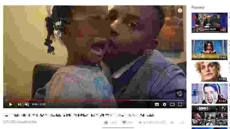 Parente tenta consolar garota gritando de medo e chorando após ter sido perseguida por palhaço assustador; vídeo foi posteriormente retirado pelo YouTube - Reprodução/Youtube
