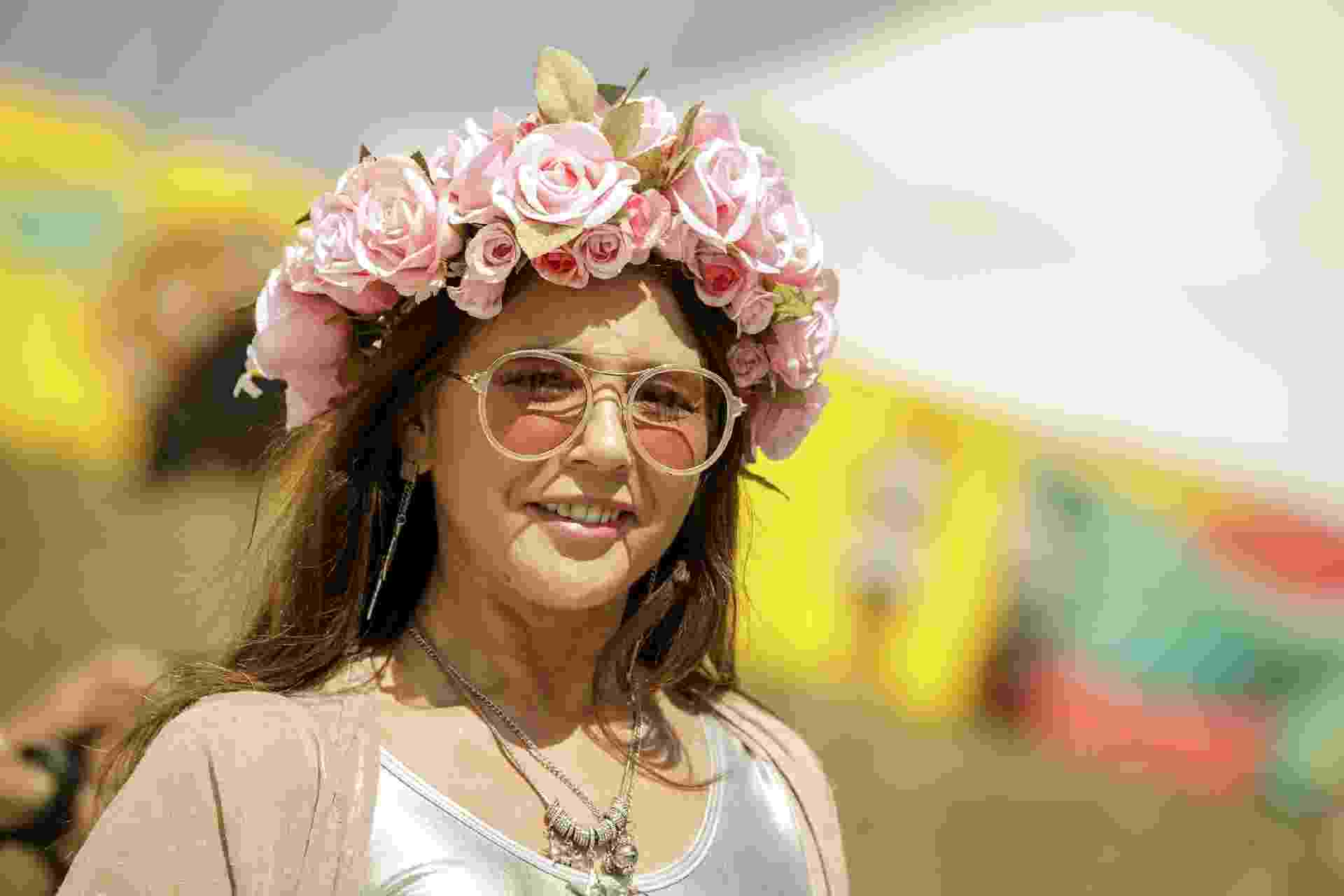 Maria Lima Macedo com coroa de flores para assistir ao show de Lana Del Rey no Lollapalooza Brasil 2018 - Mariana Pekin/UOL