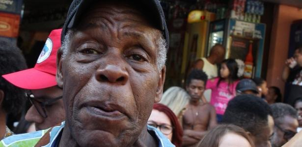 O ator americano Danny Glover na favela da Rocinha