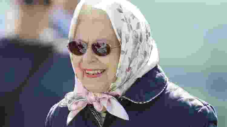De lenço e óculos de sol, durante o Royal Windsor Horse Show em 11 de maio - Getty Images - Getty Images