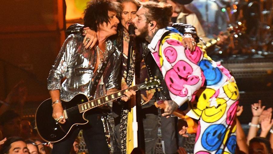 Post Malone divide o microfone com Steven Tyler e Joe Perry, do Aerosmith, no VMA 2018 - Michael Loccisano/Getty Images for MTV