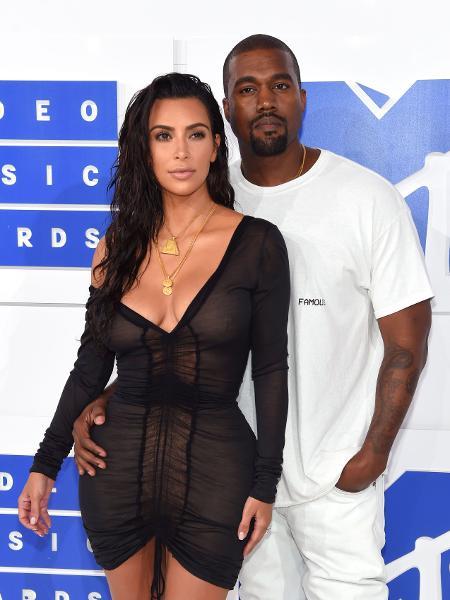 Kim Kardashian ao lado de Kanye West - Jamie McCarthy/Getty Images