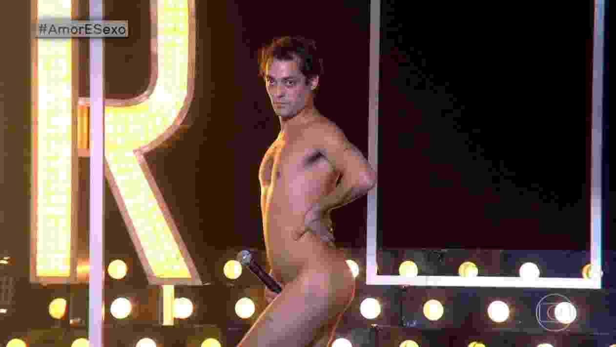 """Eduardo Sterblitch """"causou"""" no """"Amor & Sexo"""" da última terça-feira (13), sobre nudez. O ator tirou a roupa e posou para retratos de nu artístico e cantou """"Pelados em Santos"""", sucesso do Mamonas Assassinas, completamente pelado. - Reprodução/TV Globo"""
