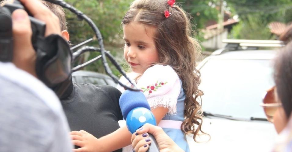 Maria Flor, filha de Deborah Secco, é abordada por reportagem em frente ao local da festa de seu aniversário de 3 anos