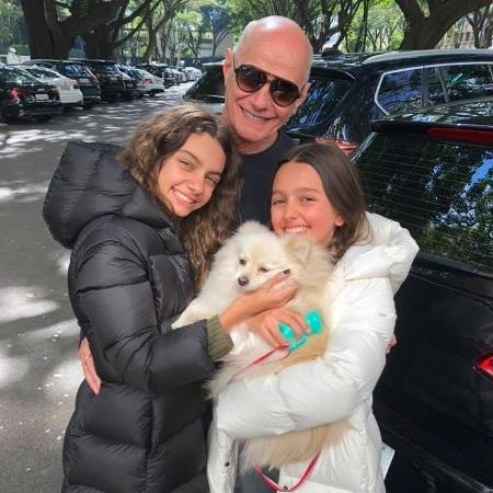 Boechat com as filhas mais novas e a cadelinha de estimação - Reprodução/Facebook
