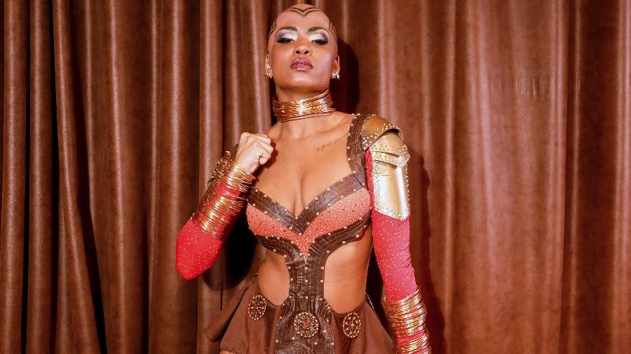 """Valeska Reis, rainha de bateria da Império de Casa Verde, se fantasia de Okoye, guerreira do filme """"Pantera Negra"""" - Iwi Onodera/UOL"""