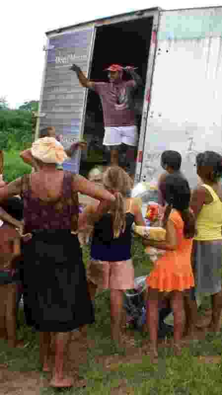 Deusi durante a entrega de doações - Elcio Padovez