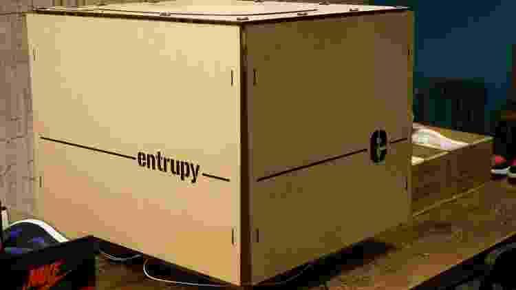 Caixa onde tênis é fotografado para verificar autenticidade  - Reprodução - Reprodução