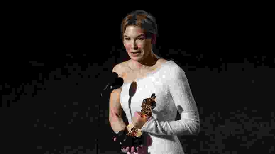"""Renee Zellweger leva o Oscar de Melhor Atriz por """"Judy: muito além do arco-íris"""" - REUTERS/Mario Anzuoni"""
