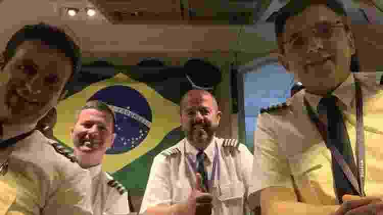 Comandante Carlos Ribeiro (ao centro) se prepara no voo que foi até a China recolher máscaras  - Arquivo pessoal - Arquivo pessoal