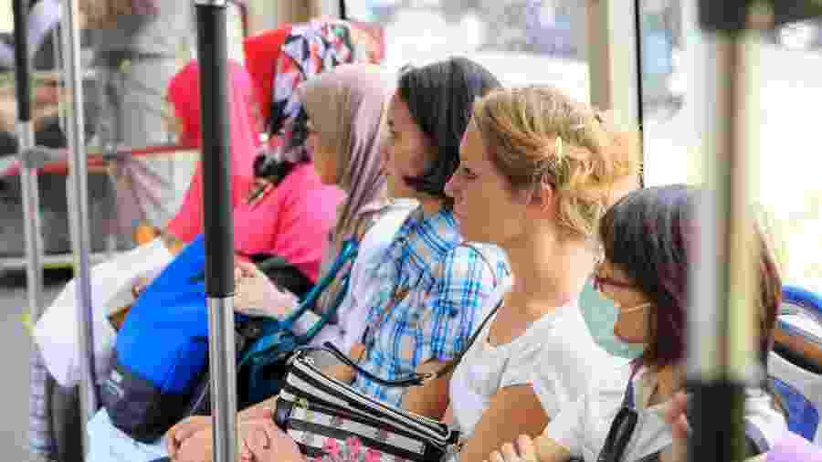 Mulheres sofrem com importunação sexual no transporte público - Getty Images