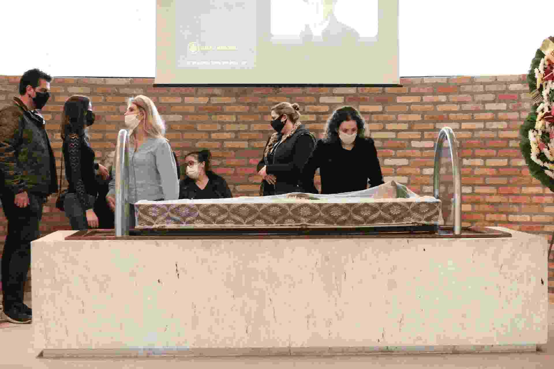 O velório de Arnaldo Saccomani contou com familiares e Mara Maravilha - AgNews