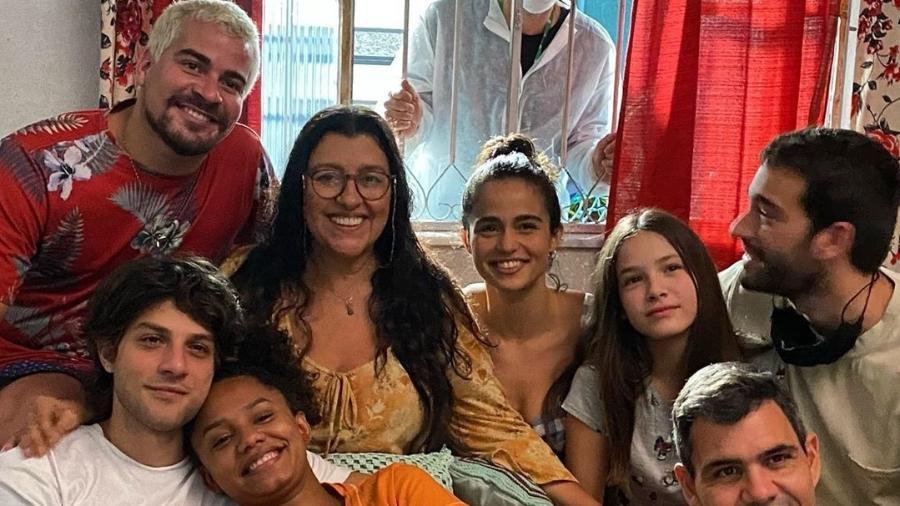 """Regina Casé posou com parte do elenco de """"Amor de Mãe"""" na reta final das gravações - Reprodução/Instagram @reginacase"""