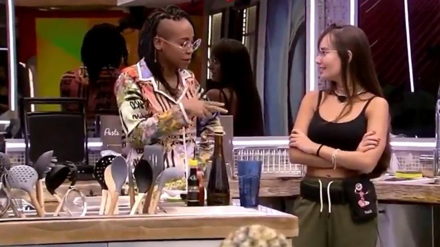 Karol Conká e Thaís conversam na cozinha - Reprodução Globoplay