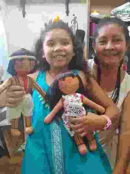 Luakam Anambé e a neta Anaty em seu ateliê de costura - Arquivo pessoal - Arquivo pessoal