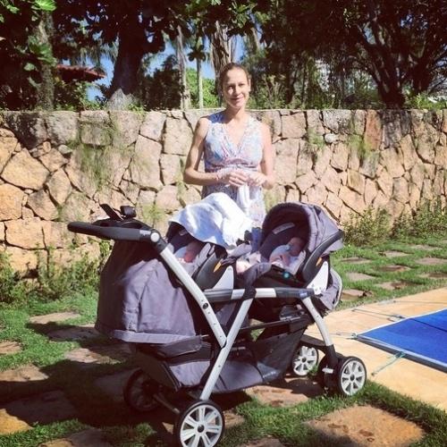 19.set.2015 - Luana Piovani mostra os gêmeos Bem e Liz no primeiro banho de sol dos bebês. A atriz, que também é mãe de Dom, deu à luz no dia 1º de setembro